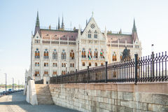 BUDAPEST UNGERN - JUNI 16, 2016: Ungersk parlamentbyggnad som lokaliseras på banken av den Dunabe floden i Budapest, Ungern - Jun Royaltyfri Bild