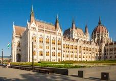 BUDAPEST UNGERN - JUNI 16, 2016: Ungersk parlamentbyggnad som lokaliseras på banken av den Dunabe floden som förbinder Buda och p Royaltyfri Foto