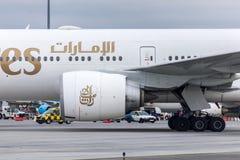 Budapest Ungern - 2018 mars 11, redaktörs- bruk endast: Emirater Boeing 777-300 ER som tar av - emirater är det störst royaltyfria foton