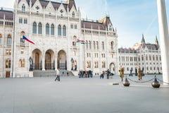 BUDAPEST UNGERN - OKTOBER 27, 2015: Budapest parlamentfyrkant Vakten ändrar hungary Royaltyfri Fotografi