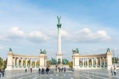 BUDAPEST UNGERN - OKTOBER 26, 2015: Hjältar kvadrerar i Budapest, Ungern med den lokala folk och turisten royaltyfri foto