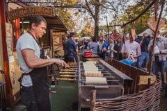 BUDAPEST UNGERN - OKTOBER 14, 2018: Skal cs Fesztiv l 2018 för K rt Bagare som förbereder och säljer traditionell ungersk bakelse arkivbild