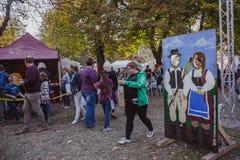 BUDAPEST UNGERN - OKTOBER 14, 2018: Skal cs Fesztiv l 2018 för K rt Bagare som förbereder och säljer traditionell ungersk bakelse royaltyfria foton