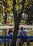 Budapest Ungern, September, 13, 2019 - äldre par som tycker om dagen av en sjö på varolisget, parkerar framme royaltyfria foton