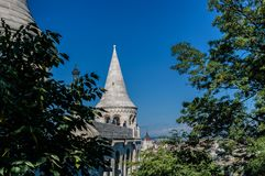 Budapest Ungern - 15 September 2019 - gallerier och kupol av fiskarnas bastion med den Budapest parlamentet baktill av fet royaltyfri fotografi