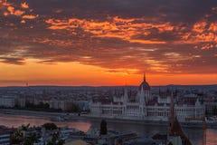 Budapest, Ungern - soluppgång över Budapest och den ungerska parlamentet arkivbilder
