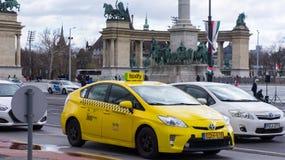 Budapest Ungern 03 15 2019 taxify väntar, på lampan bredvid hjältarnas fyrkant arkivbild
