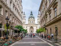 Budapest Ungern Zrinyi Utca gata och basilika för St Stephen ` s Royaltyfria Bilder
