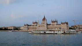 Budapest, Ungheria 27 agosto 2018: Il Parlamento nel Danubio stock footage