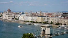 Budapest, Ungheria 27 agosto 2018: Ponte a catena sopra la vista della collina del Danubio archivi video