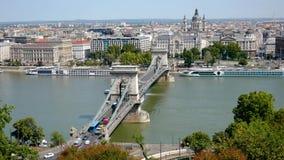 Budapest, Ungheria 27 agosto 2018: Ponte a catena sopra la vista della collina del Danubio video d archivio