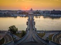 Budapest, Ungheria - alba al ponte a catena famoso di Szechenyi con la basilica del ` s di St Stephen immagini stock libere da diritti