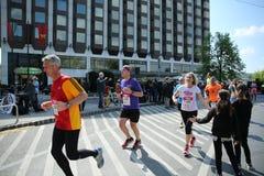 BUDAPEST, UNGHERIA - 9 APRILE 2017: Corridori maratona non identificati partecipare sulla trentaduesima metà della primavera di  immagine stock