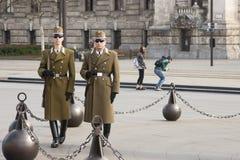 Budapest, Ungheria - 6 aprile 2018: Membri della guardia di onore ungherese che marcia intorno alla bandiera ungherese sollevata  fotografia stock libera da diritti