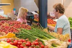 BUDAPEST, UNGHERIA - 27 APRILE 2014: Mercato dell'alimento a Budapest, Ungheria (grande mercato Corridoio) Mercato dei prodotti f immagine stock libera da diritti