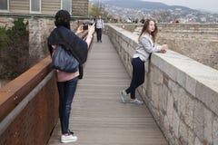 Budapest, Ungheria - 10 aprile 2018: Turista della donna che prende immagine del suo amico fotografie stock