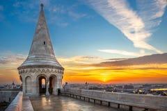 Budapest, Ungheria - bella alba al bastione del pescatore con la vista dell'orizzonte di Budapest fotografia stock