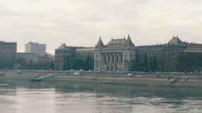 Budapest, Ungheria - 6 dicembre 2018: Argine del Danubio a Budapest archivi video