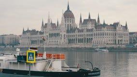 Budapest, Ungheria - 6 dicembre 2018: Argine del Danubio a Budapest stock footage