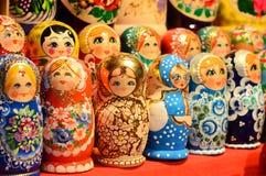 BUDAPEST, UNGHERIA - 21 DICEMBRE 2017: Bambole di incastramento di Matryoshka: Significato della bambola d'impilamento di legno Fotografie Stock
