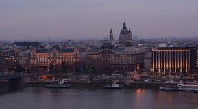 BUDAPEST, UNGHERIA - 21 DICEMBRE 2017: La vista di notte della basilica del ` s di Istvan del san e del Danubio a Budapest Immagine Stock