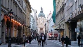 BUDAPEST, UNGHERIA GENNAIO 2019: La gente che va lungo la via alla basilica della st Stephans stock footage