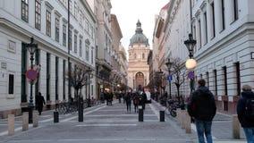 BUDAPEST, UNGHERIA GENNAIO 2019: La gente che va lungo la via alla basilica della st Stephans video d archivio