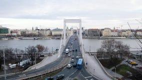 BUDAPEST, UNGHERIA GENNAIO 2019: La vista al Danubio e a Erzsebet si è nascosta, bello ponte archivi video