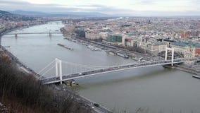 BUDAPEST, UNGHERIA GENNAIO 2019: La vista al Danubio e a Erzsebet si è nascosta, bello ponte video d archivio