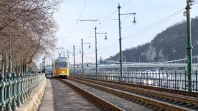BUDAPEST, UNGHERIA GENNAIO 2019: Numero due famoso della linea tranviaria a Budapest che va lungo il Danubio stock footage