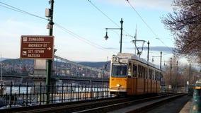 Budapest, Ungheria gennaio 2019: Numero due famoso della linea tranviaria a Budapest che va lungo il Danubio video d archivio