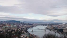BUDAPEST, UNGHERIA GENNAIO 2019: Vista panoramica al Danubio ed ai bei ponti archivi video