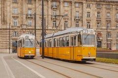 Budapest, Ungheria, il 22 marzo 2018: Tram giallo nell'inverno in anticipo con il cielo nuvoloso Il tram numero 2 è famoso per es immagini stock