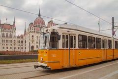 Budapest, Ungheria, il 22 marzo 2018: Tram giallo nell'inverno in anticipo con il cielo nuvoloso Il tram numero 2 è famoso per es immagine stock