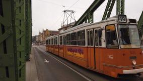 Budapest, Ungheria Il tram giallo sta guidando lungo la citt stock footage