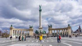 Budapest Ungheria 03 15 2019 la giovane donna asiatica che prende il selfie in eroi quadra immagini stock libere da diritti
