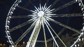 Budapest, Ungheria La ruota panoramica si è illuminata nel bianco nella sera video d archivio