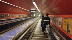 Budapest, Ungheria La scala mobile lunga dentro la stazione della metropolitana stock footage
