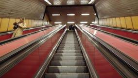 Budapest, Ungheria La scala mobile lunga dentro la stazione della metropolitana video d archivio
