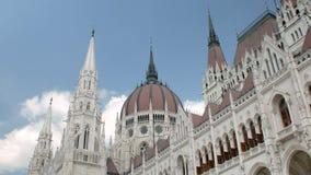 Budapest, Ungheria - MAGGIO 2018: cupola e guglie di stupore della costruzione ungherese enorme del Parlamento stock footage