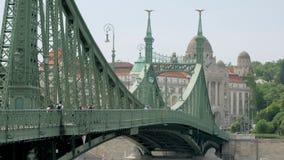 Budapest, Ungheria - MAGGIO 2018: la gente sta camminando sopra Liberty Bridge a Budapest nel giorno di estate stock footage