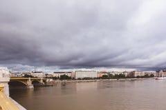 BUDAPEST, UNGHERIA - 30 MAGGIO 2019: Operazione di salvataggio sul Danubio vicino al ponte di Margit dopo la tragedia di maggio fotografia stock libera da diritti