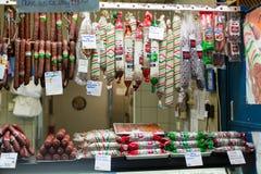 BUDAPEST, UNGHERIA - MAGGIO 2017: salsiccie casalinghe ungheresi tradizionali al mercato degli agricoltori da vendere al mercato  Immagini Stock Libere da Diritti