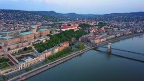 Budapest, Ungheria - metraggio al rallentatore del hyperlapse aereo 4K di Buda Castle Royal Palace all'alba con il ponte a catena video d archivio