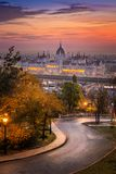 Budapest, Ungheria - strada curva al distretto di Buda con il Parlamento immagine stock