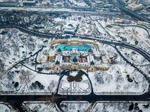 Budapest, Ungheria - vista aerea del bagno termico famoso di Szechenyi da sopra nel parco nevoso della città immagini stock libere da diritti