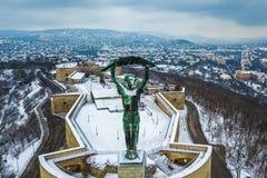 Budapest, Ungheria - vista aerea dell'orizzonte della statua della libertà con il lato di Buda a fondo Immagine Stock Libera da Diritti