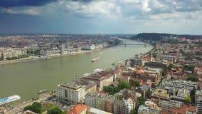 Budapest, Ungheria - vista aerea dell'orizzonte 4K del centro di Budapest con il Parlamento ungherese archivi video