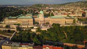 Budapest, Ungheria - vista aerea 4K di Buda Castle Royal Palace ad alba stock footage