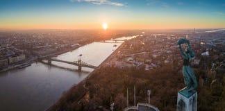 Budapest, Ungheria - vista panoramica aerea di alba alla statua della libertà con Liberty Bridge Immagini Stock Libere da Diritti